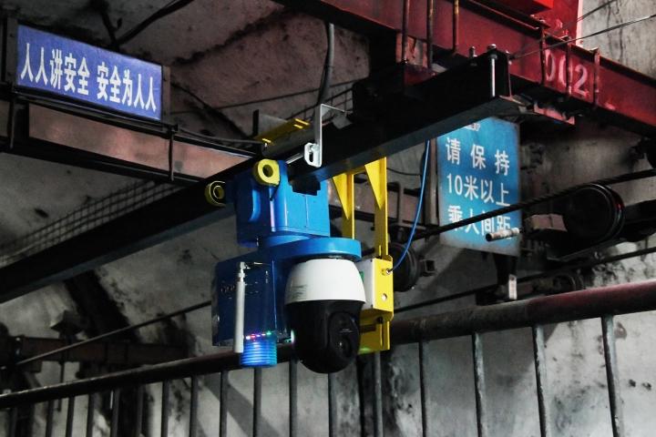 1.智能机器人正在矿井内巡检.jpg