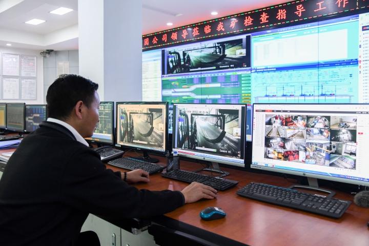 2.技术人员远程操作智能机器人巡检.jpg