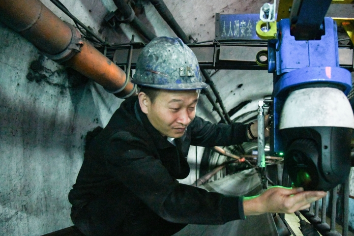 4.工作人员检查智能机器人.jpg